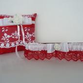 Свадебная подушка для колец и подвязка.