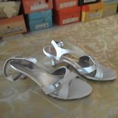 Белые туфельки на шпильке