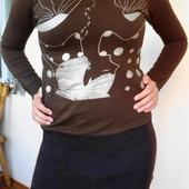 Трикотажное платье с широкой резинкой и перевёрнутой девушкой.