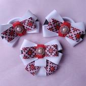 В украинском стиле галстук-брошь и бантики для школьниц