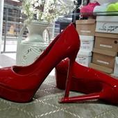 Туфли реплика Christian Louboutin красный и черный лак.