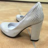 Туфли на каблуке, качество отменное) Натуральная кожа, цвет серебро.