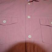 Рубашка розовая в мелкую полоску с коротким рукавом.