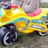 Доставка! Каталка мотоцикл 11-006,от Киндер вей. Хорошее качество, мотоцикл желтый