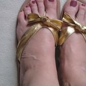 Красивенные золотистые шлепанцы Fiore