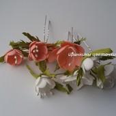 Натуралистичные цветы на шпильках.