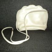Кожаная сумочка в виде ракушки.