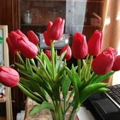 Тюльпаны искусственные,очень красивые,похожи на настоящие)