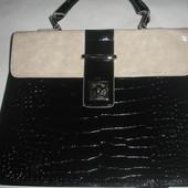 Фирменная лаковая сумка с тиснением под кожу рептилии