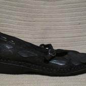 Благородные черные кожаные туфельки с декоративными цветами Bata. 36 р