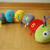 ELC яркая гусеница игрушка развивающая. Сделана из разных материалов, две цифры шуршат,  две погрему