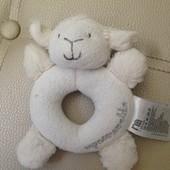 Погремушка плюшевая овечка для самых маленьких Mothercare