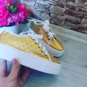 Классные золотистые слипоны на шнурочках