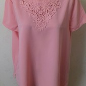 Красивая блуза с кружевной вставкой