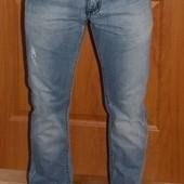 Новые модные потертые джинсы