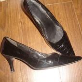Кожаные лаковыe туфли на шпильке на 40 размер Бразилия
