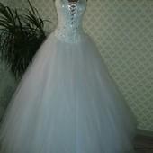 Свадебное платье очень красивое)))