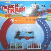 Железная дорога Томас, размер 44-31 см, локомотив, 2 вагона-клетки, 2 динозавра, на батарейке,
