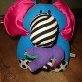 Музыкальная вибрирующая подвеска слоники Lamaze когда тянешь слоника за хобот, он удлиняется, и поти