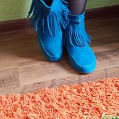 Яркие стильные ботинки с бахромой