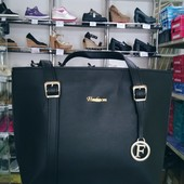 Чёрная модная сумка с декоративным украшением