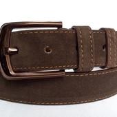 Замшевый ремень 40 мм тёмно-коричневого цвета бежевая строчка пряжка глянцевая коричневая