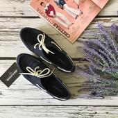 Фирменные мокасины с декоративной шнуровкой и прошитым носком