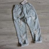 Светлые джинсы с потертостями