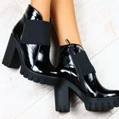 ботинки черные замшевые на толстом каблуке, с молнией на байке