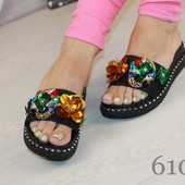 Женские стильные шлепанцы с цветами