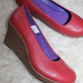 39 разм. Фирменные туфли Crocs. Кожа Длина по внутренней стельке - 25,5 см., ширина подошвы - 8,5 см