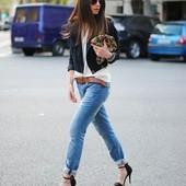 сток Большой выбор джинс и брюк разных размеров и фасонов