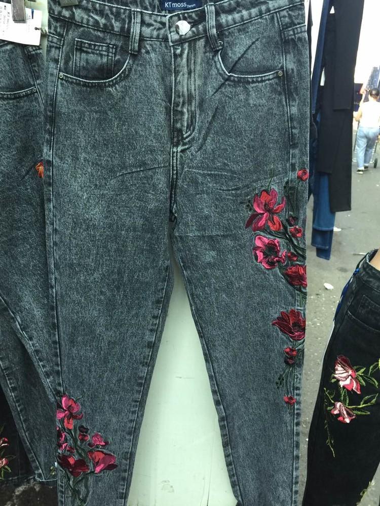 На серых джинсы с вышивкой 100