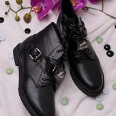 Короткие ботинки украшены камнем 16146