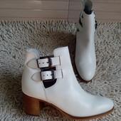 Більшомірять.Ботинки із натуральної шкіри зовні і зсередини від Minelli 38 і 40 р-ри.