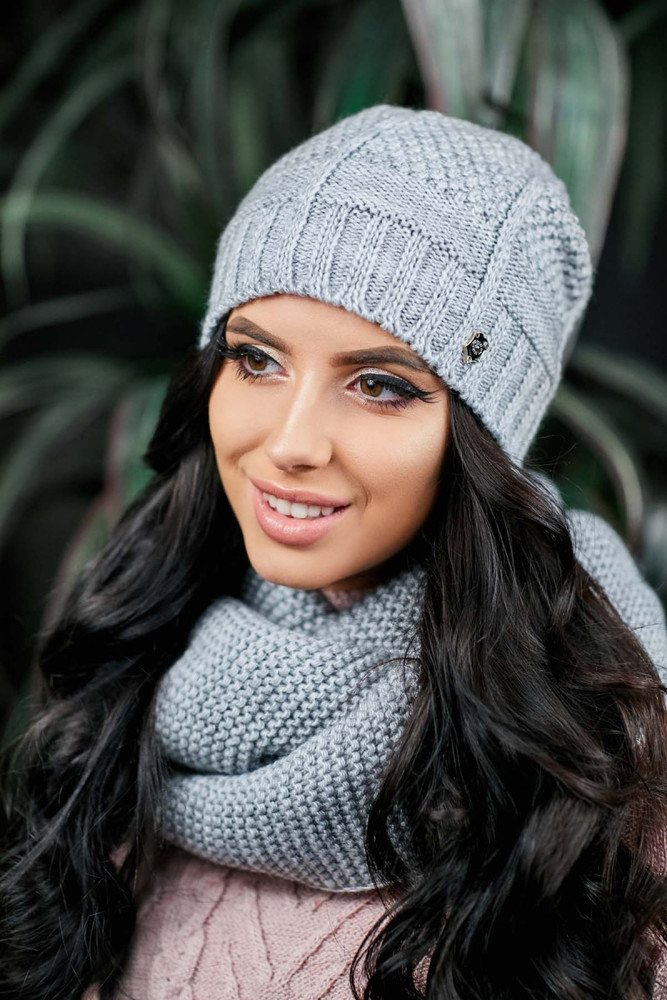 Тёплая шапочка серого цвета фото №1