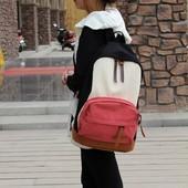 Рюкзак с красным карманом.
