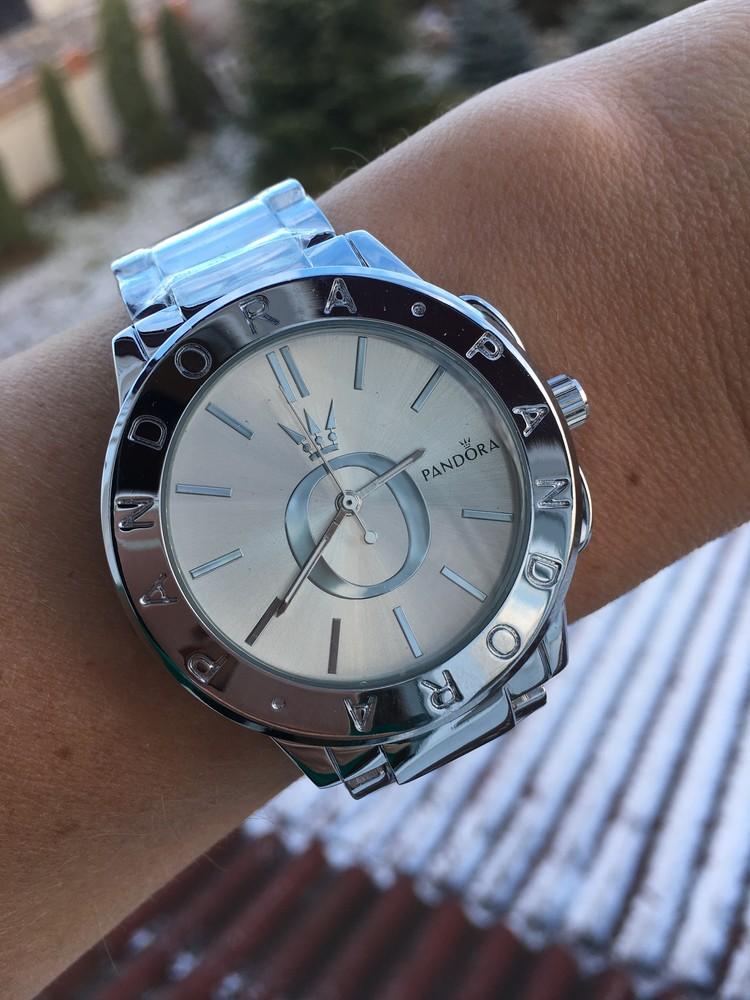 Женские часы pandora с набором браслетов.