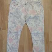 Фирменные укороченные джинсы с цветочным принтом M-L
