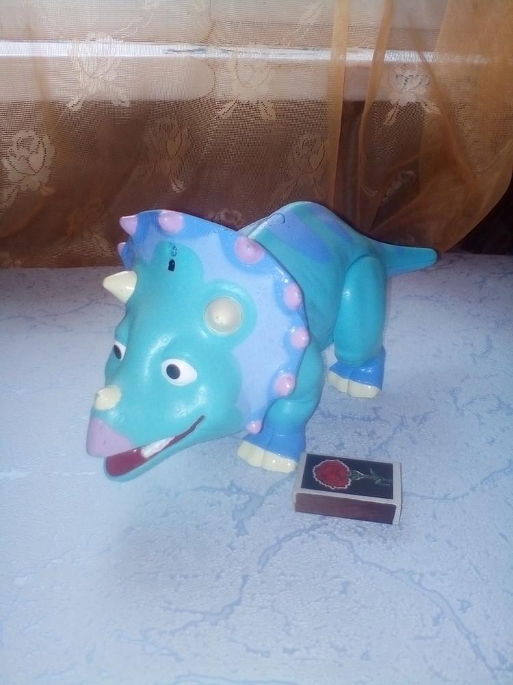 Интерактивная игрушка Tomy Поезд Динозавров Трицератопс Тэнк 29 см фото №1
