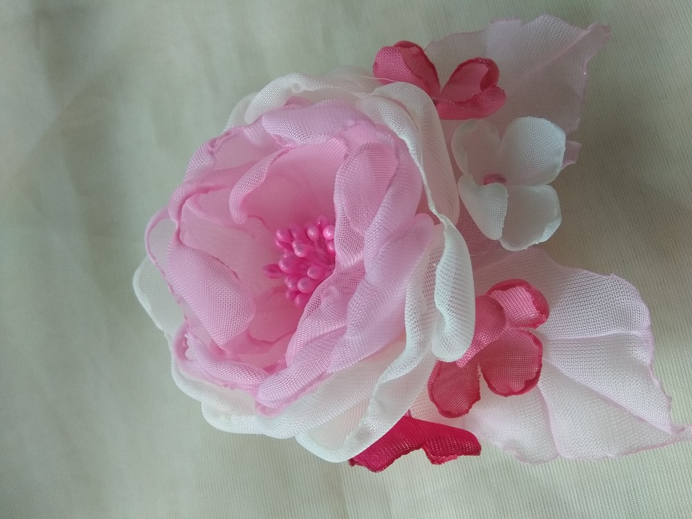 Заколка ручной работы,  резинка, цветы из шифона и атласных лент фото №1