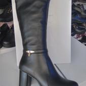 Элегантные зимние кожаные сапожки на среднем каблуке.