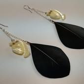 Серьги из натуральных перьев с перламутром и серебряными швензами.
