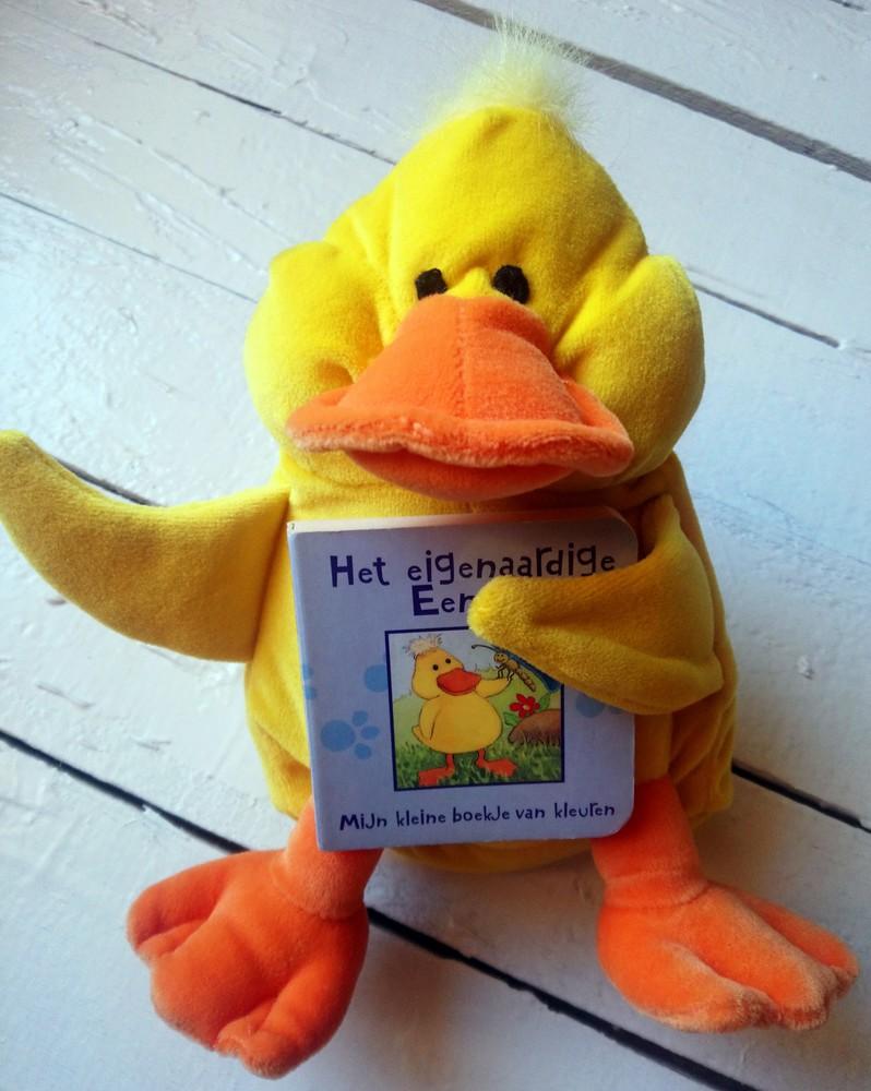 Мягкая игрушка утёнок с цветной книжечкой на голландском языке. в отличном состоянии фото №1