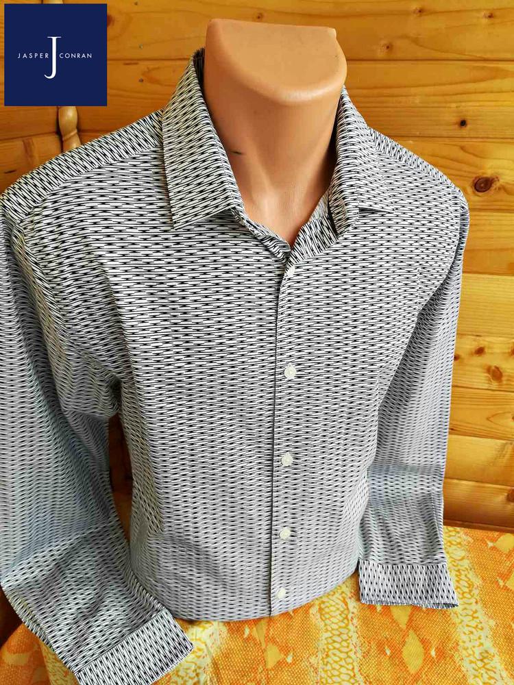Стильная рубашка британского модельера эксклюзивной одежды jasper conran в пестрый черно-белый принт фото №1
