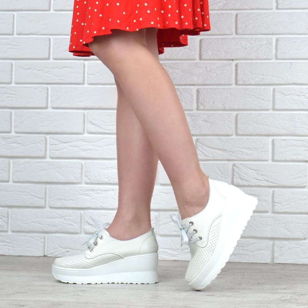 Туфли женские кожаные на танкетке турция белые с перфорацией фото №1